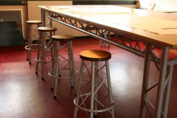Hoge aluminium tafel met barkrukken